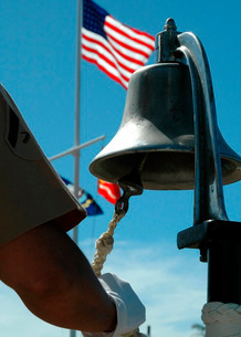 U.S. Marine sounds a bell honoring fallen Marines during a cの写真素材 [FYI02102251]
