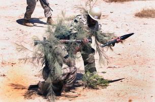 Iraqi soldiers learn urban-war fighting techniques.の写真素材 [FYI02102353]