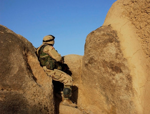 A soldier takes up a position during a security halt.の写真素材 [FYI02102365]