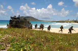 U.S. Marines run out of an Amphibious Assault Vehicle.の写真素材 [FYI02102383]