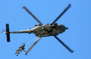 Members conduct a helicopter rope suspension techniques exerの写真素材 [FYI02102425]