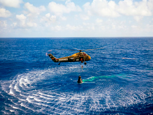 An astronaut is rescued by a U.S. Marine helicopter.の写真素材 [FYI02102435]