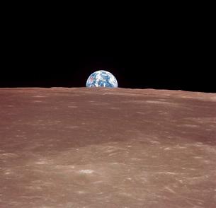 Earth rising above the Moon's horizon.の写真素材 [FYI02102443]