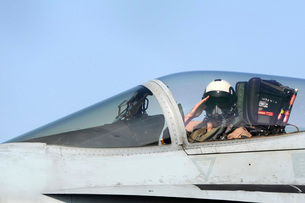 A pilot salutes prior to take off in an F/A-18C Hornet.の写真素材 [FYI02102457]