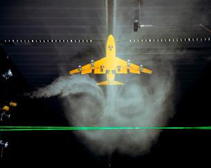 Wake Vortex flow visualization tests of a Boeing 747 model.の写真素材 [FYI02102471]