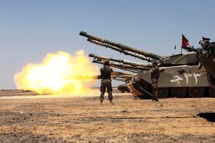 A Royal Jordanian Land Force Challenger 1 tank fires on a taの写真素材 [FYI02102480]