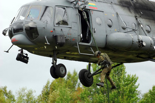 Polish special forces member fast-ropes from a Lithuanian Miの写真素材 [FYI02102542]