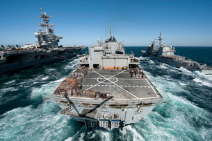 Underway replenishment at sea with U.S. Navy ships in the Arの写真素材 [FYI02102589]