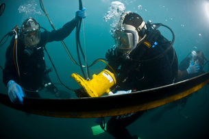 U.S. Navy Diver instructs a Barbados coast guard diver on usの写真素材 [FYI02102601]