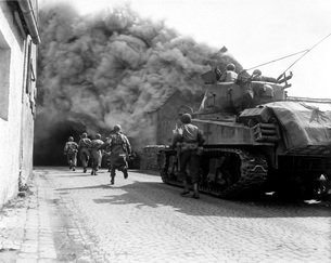 Soldiers move through a smoke filled street, Wernberg, Germaの写真素材 [FYI02102608]