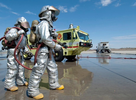 U.S. Marine firefighters stand ready during annual training.の写真素材 [FYI02102678]