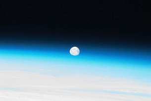 The moon and Earth's atmosphere.の写真素材 [FYI02102697]