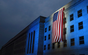 A memorial flag is illuminated on The Pentagon.の写真素材 [FYI02102698]