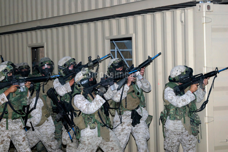 Marines raise their weapons toward targeted threats.の写真素材 [FYI02102763]