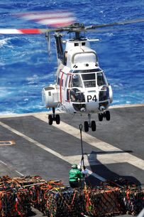 Personnel connect a cargo pendant to an SA-330 Puma helicoptの写真素材 [FYI02102809]