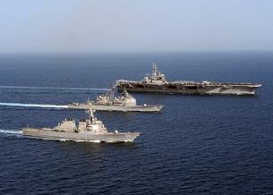 Three U.S. Navy ships sail in formation in the Arabian Sea.の写真素材 [FYI02102876]