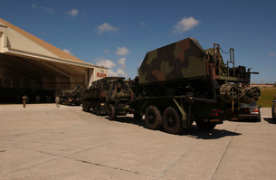 U.S. Soldiers transport Patriot Advanced Capability missilesの写真素材 [FYI02102877]