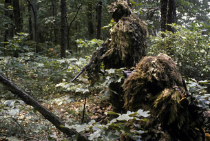 A Marine sniper team wearing camouflage ghillie suits.の写真素材 [FYI02102994]