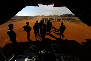 Soldiers board a C-130 Hercules during Operation Toy Drop.の写真素材 [FYI02103030]