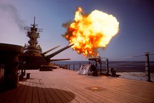 Battleship USS Wisconsin fires one of the Mark 7 16-inch/50-の写真素材 [FYI02103096]