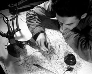 Sergeant inking in the pencil tracings on map.の写真素材 [FYI02103119]