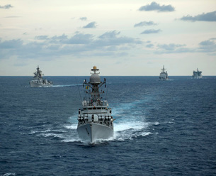 Indian Navy corvette ship INS Kulish leads a group of U.S. Nの写真素材 [FYI02103130]