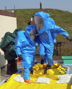 An Airman and a Soldier jump into a tub of cleaning solutionの写真素材 [FYI02103204]
