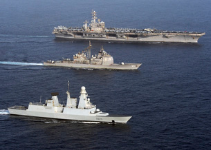 U.S. and French Navy ships transit the Arabian Sea.の写真素材 [FYI02103291]