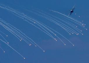 An EA-6B Prowler deploying emergency flares.の写真素材 [FYI02103326]