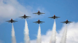 The United States Air Force Demonstration Team Thunderbirdsの写真素材 [FYI02103482]