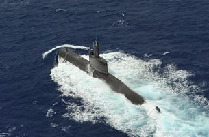 Republic of Korea submarine ROKS Lee Eokgi transits on the sの写真素材 [FYI02103572]