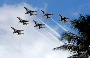 The Air Force Thunderbirds demonstration team.の写真素材 [FYI02103602]