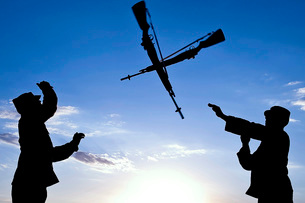 Soldiers practice an over-the-head rifle toss.の写真素材 [FYI02103657]