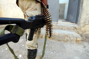 Iraqi soldiers carrying machine guns and rifles.の写真素材 [FYI02103659]