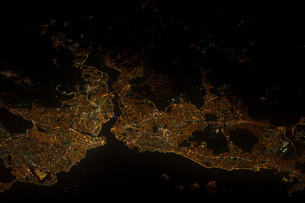 A nighttime view of Istanbul, Turkey.の写真素材 [FYI02103692]