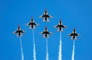 The U.S. Air Force Thunderbirds perform a 6-ship formation fの写真素材 [FYI02103742]