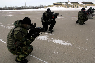 Security Forces members endure the harsh cold during traininの写真素材 [FYI02103760]