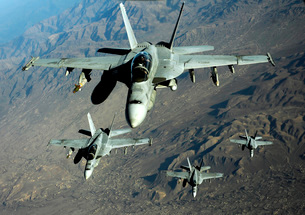 Four U.S. Navy F/A-18 Hornet aircraft fly over mountains inの写真素材 [FYI02103789]