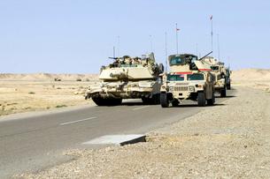 U.S. Marines pass a tank along the road.の写真素材 [FYI02103860]