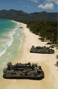 U.S. Navy Landing Craft land on the beach to offload equipmeの写真素材 [FYI02103930]