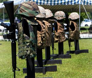 Memorials of flak jackets and protective helmets.の写真素材 [FYI02103943]