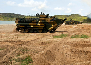 Korean amphibious assault vehicles moving across the beach dの写真素材 [FYI02103993]