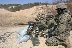 A soldier fires a MK19 40mm heavy machine gun.の写真素材 [FYI02104013]