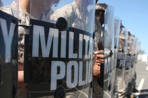 A close-up view of Marines holding riot control shields.の写真素材 [FYI02104040]