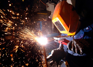 Hull Technician practices cutting metal using a Carbon arc.の写真素材 [FYI02104085]