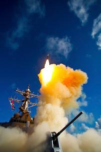The Aegis-class destroyer USS Hopper launching a standard miの写真素材 [FYI02104096]