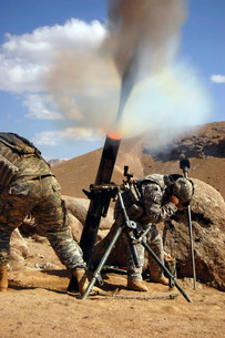 U.S. Army soldiers firing a 120mm mortar during combat operaの写真素材 [FYI02104109]
