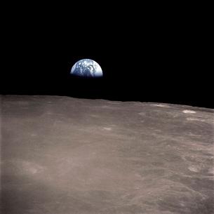 Earth rising above the Moon's horizon.の写真素材 [FYI02104156]
