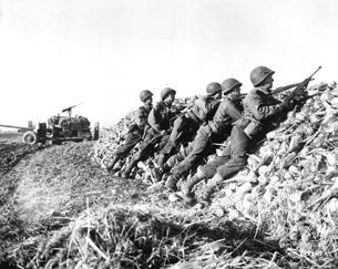 A U.S. Infantry anti-tank crew fires on Nazis somewhere in Hの写真素材 [FYI02104197]
