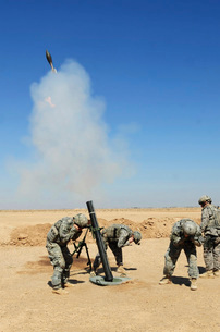 U.S. Army soldiers firing an M120 120mm mortar system in Mahの写真素材 [FYI02104226]